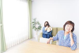 子どもが騒いで嫌がる祖母の写真素材 [FYI04725324]