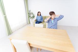 子どもが騒いで嫌がる祖母の写真素材 [FYI04725333]