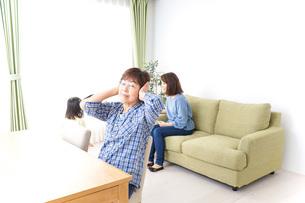 ふるさとに子供と帰省する家族の写真素材 [FYI04725348]