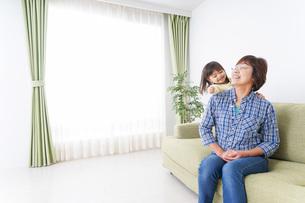 おばあちゃんと遊ぶ小さな子供の写真素材 [FYI04725363]
