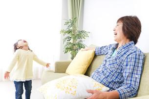 おばあちゃんと遊ぶ子どもの写真素材 [FYI04725366]