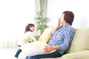 おばあちゃんと遊ぶ子どもの写真素材 [FYI04725368]