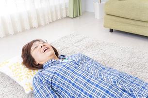 部屋で寝るおばあさんの写真素材 [FYI04725391]
