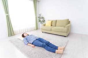 部屋で寝るおばあさんの写真素材 [FYI04725394]