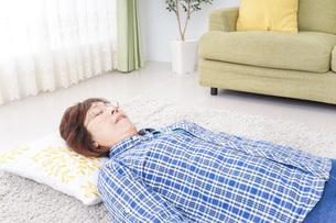 部屋で寝るおばあさんの写真素材 [FYI04725395]