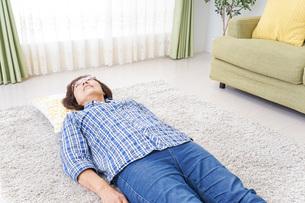 部屋で寝るおばあさんの写真素材 [FYI04725398]
