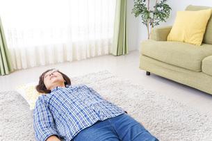 部屋で寝るおばあさんの写真素材 [FYI04725400]