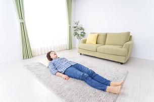 部屋で寝るおばあさんの写真素材 [FYI04725402]