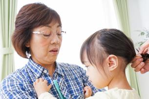 おばあちゃんと遊ぶ子どもの写真素材 [FYI04725407]
