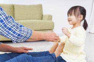おばあちゃんと遊ぶ子どもの写真素材 [FYI04725420]