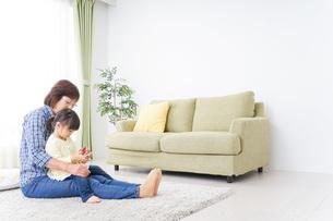 おばあちゃんとスマホを使う子供の写真素材 [FYI04725434]