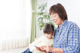 おばあちゃんと遊ぶ子供の写真素材 [FYI04725446]