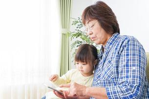 おばあちゃんと遊ぶ子供の写真素材 [FYI04725449]
