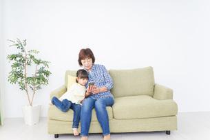おばあちゃんと遊ぶ子供の写真素材 [FYI04725465]