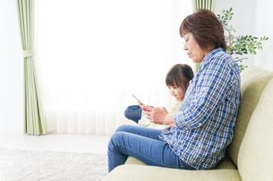 おばあちゃんと遊ぶ子供の写真素材 [FYI04725471]