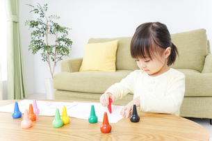 お絵かきをする子どもの写真素材 [FYI04725497]