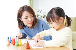 お絵かきをする親子の写真素材 [FYI04725501]