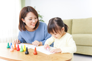 お絵かきをする親子の写真素材 [FYI04725502]