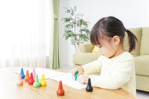 お絵かきをする子どもの写真素材 [FYI04725506]