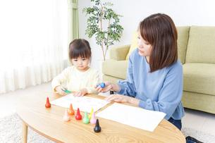 お絵かきをする親子の写真素材 [FYI04725509]