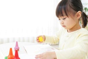 お絵かきをする子どもの写真素材 [FYI04725513]