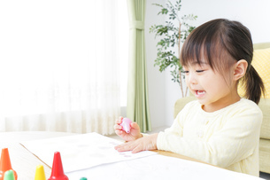 お絵かきをする子どもの写真素材 [FYI04725514]