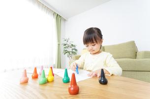 お絵かきをする子どもの写真素材 [FYI04725517]
