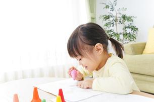 お絵かきをする子どもの写真素材 [FYI04725518]