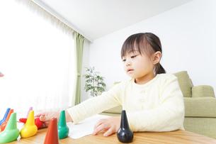 お絵かきをする子どもの写真素材 [FYI04725519]
