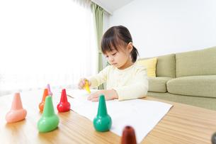 お絵かきをする子どもの写真素材 [FYI04725522]
