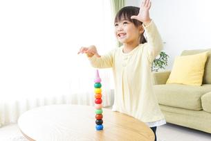 積み木で遊ぶ子どもの写真素材 [FYI04725535]
