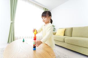 積み木で遊ぶ子どもの写真素材 [FYI04725536]
