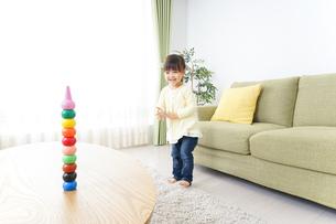 積み木で遊ぶ子どもの写真素材 [FYI04725538]
