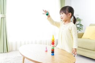 積み木で遊ぶ子どもの写真素材 [FYI04725541]