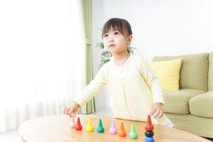 積み木で遊ぶ子どもの写真素材 [FYI04725549]