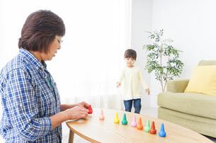 おばあちゃんと遊ぶ子供の写真素材 [FYI04725554]