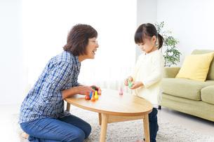 おばあちゃんとゲームをする子供の写真素材 [FYI04725564]