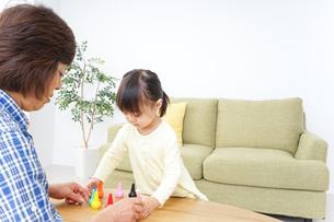 おばあちゃんとゲームをする子供の写真素材 [FYI04725568]