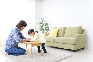おばあちゃんとゲームをする子供の写真素材 [FYI04725570]