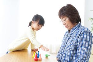 おばあちゃんとゲームをする子供の写真素材 [FYI04725579]
