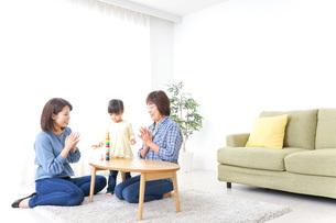 子供と遊ぶ幸せな家族イメージの写真素材 [FYI04725591]