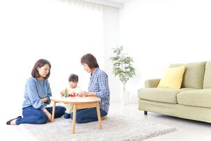 子供と遊ぶ幸せな家族イメージの写真素材 [FYI04725621]