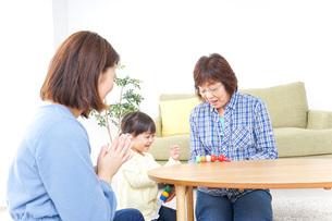 子供と遊ぶ幸せな家族イメージの写真素材 [FYI04725625]