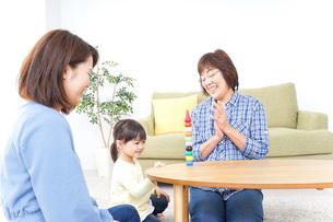 子供と遊ぶ幸せな家族イメージの写真素材 [FYI04725626]