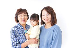 仲良しの子供と母とおばあさんの写真素材 [FYI04725632]