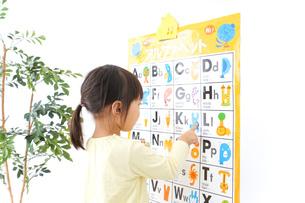 英語の勉強をする子供の写真素材 [FYI04725673]