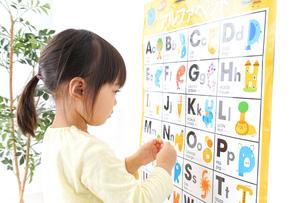 英語の勉強をする子供の写真素材 [FYI04725679]