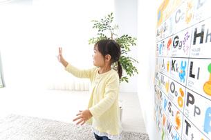 英語の勉強をする子供の写真素材 [FYI04725690]