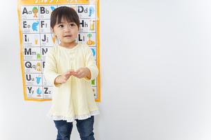 英語の勉強をする子供の写真素材 [FYI04725713]