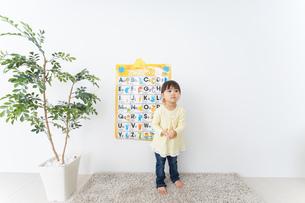 英語の勉強をする子供の写真素材 [FYI04725719]